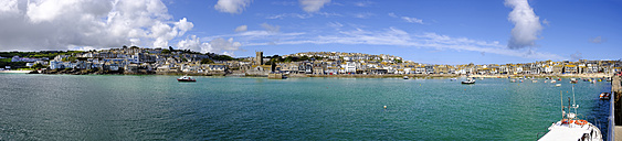 UK, England, Cornwall, St Ives, panoramic townscape with harbor - SIEF07548