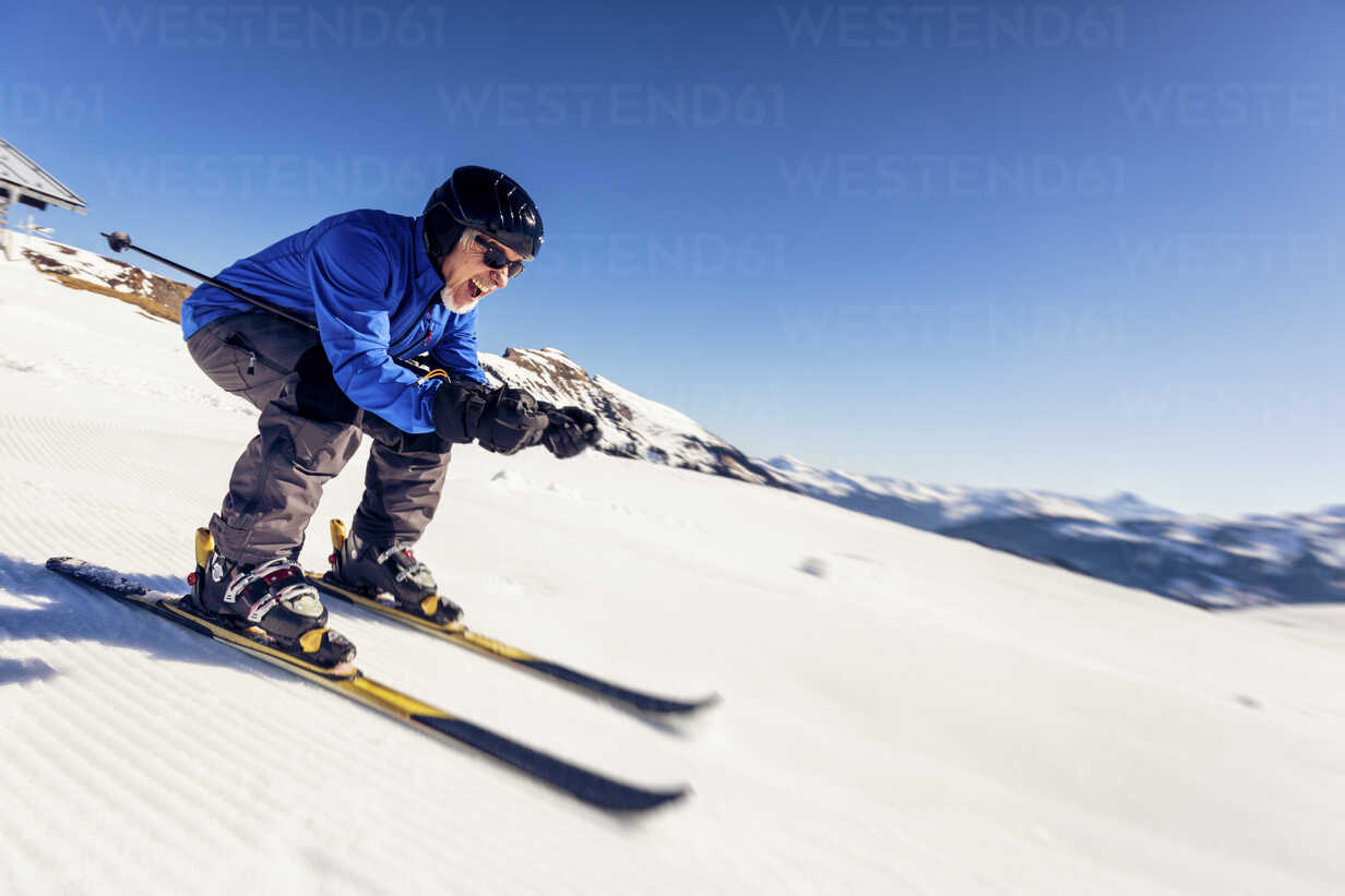 Austria, Damuels, happy senior man skiing in winter landscape - PNPF00052 - Nullplus/Westend61