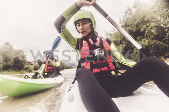 Germany, Bavaria, Allgaeu, couple kayaking on river Iller - PNPF00070 - Nullplus/Westend61