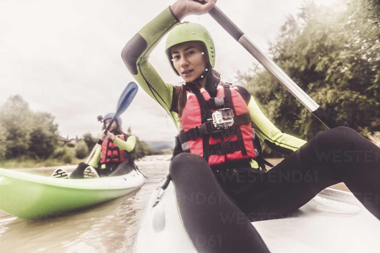 Germany, Bavaria, Allgaeu, couple kayaking on river Iller - PNPF00070 - Nullplus/Westend61