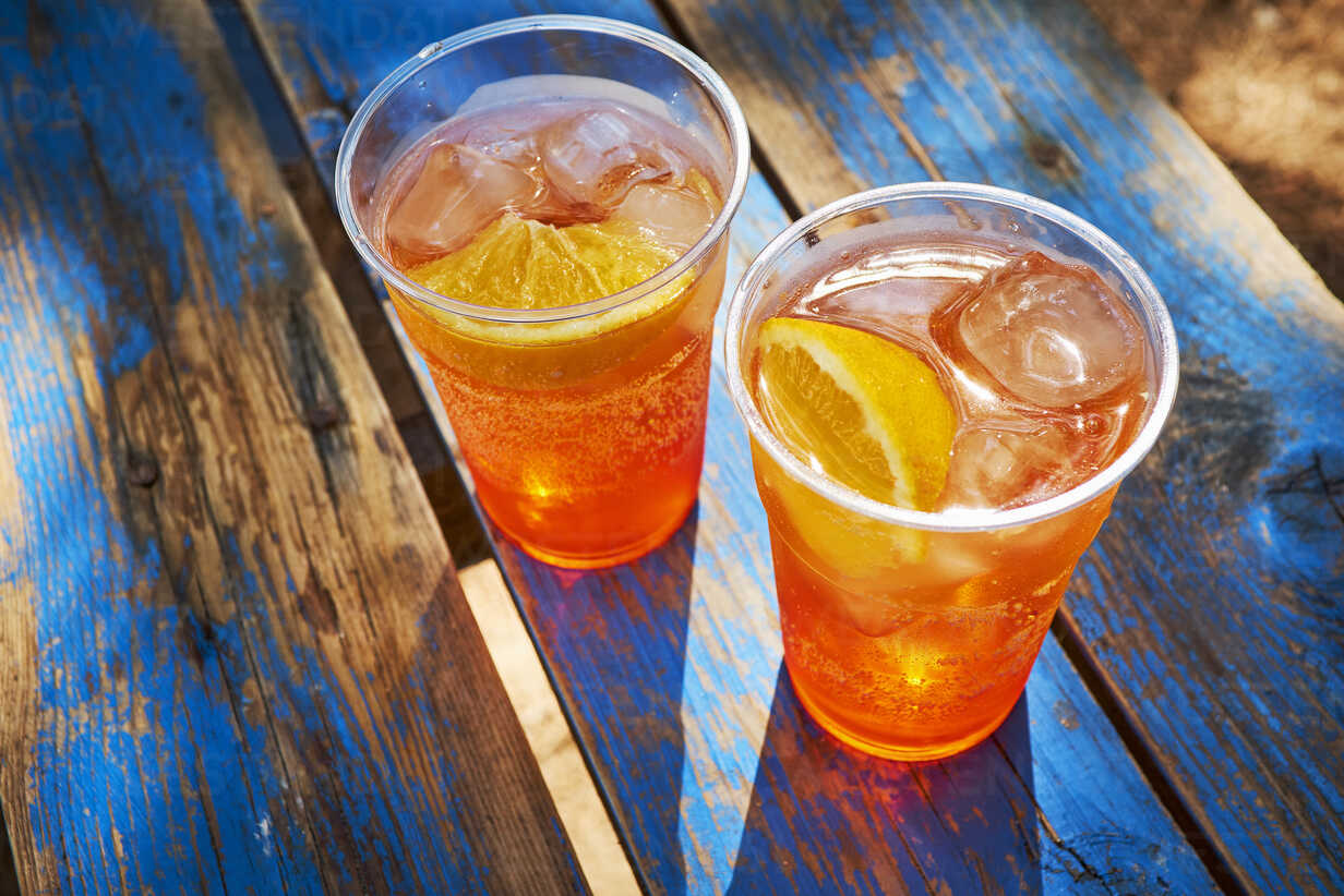 Two cups of ice-cooled Spritz with orange slice - DIKF00280 - Dirk Kittelberger/Westend61