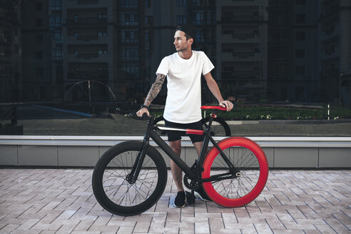 Young man with fixie bike in the city - VPIF00178