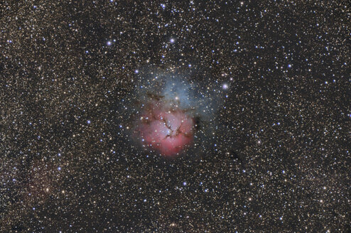 Namibia, Region Khomas, near Uhlenhorst, Astrophoto of emission and reflection nebula Messier 20 or Trifid Nebula with a telescope - THGF00021