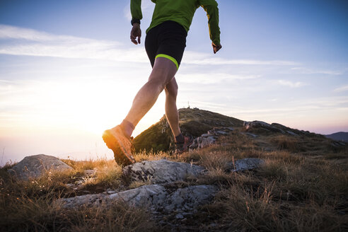 Italy, man running on mountain trail - SIPF01786