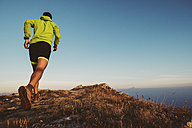 Italy, man running on mountain trail - SIPF01789