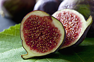 Sliced fig, close-up - CSF28300