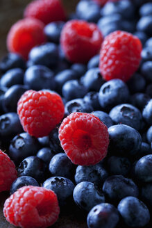 Blueberries and raspberries, close-up - CSF28330