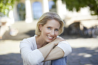 Portrait of smiling blond woman with arms crossed - PNEF00012