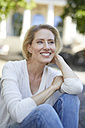 Portrait of laughing blond woman - PNEF00015