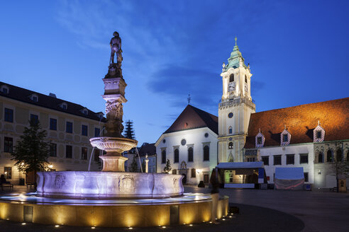 Slovakia, Bratislava, Old Town, Roland Fountain and Town Hall at night on Main Square - ABOF00282