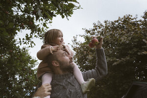 Father carrying his little daughter on shoulders - KMKF00007