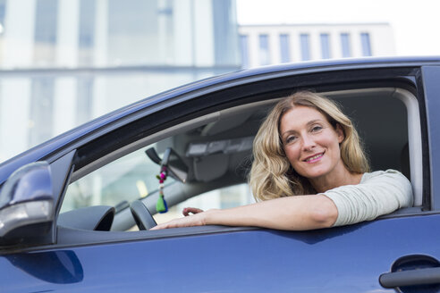 Portrait of smiling woman in car - PNEF00090