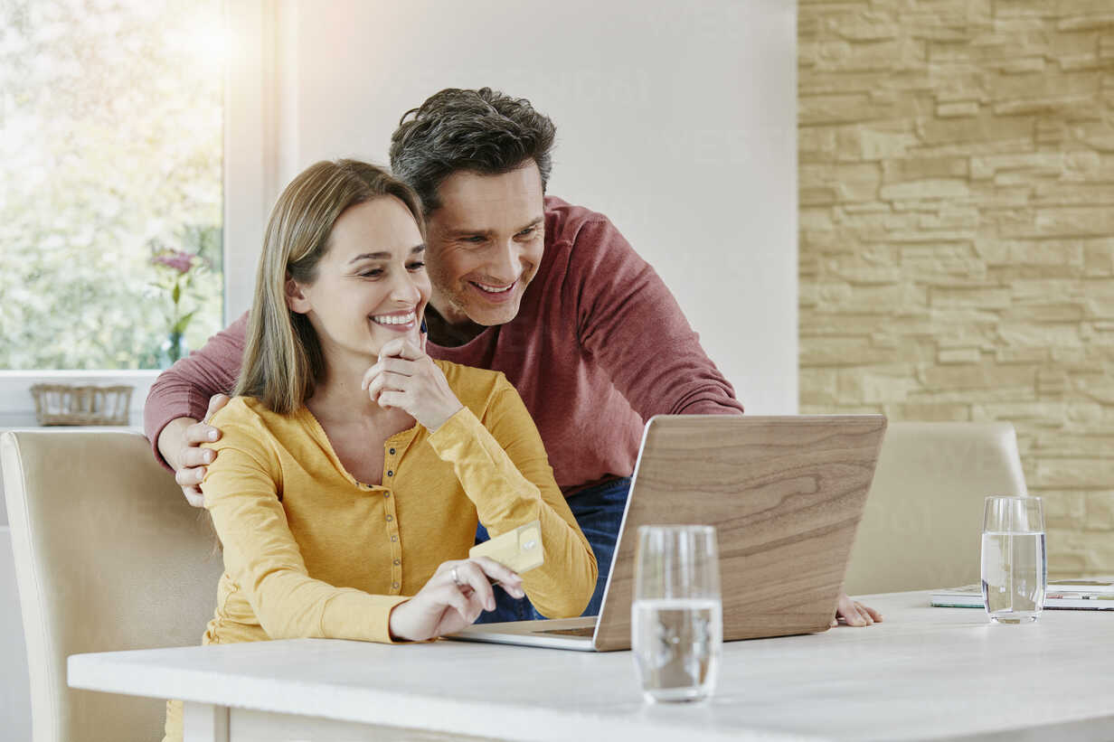 Happy couple at home shopping online - RORF01037 - Roger Richter/Westend61