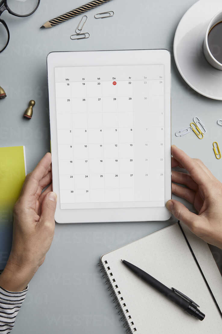 Top view of woman holding tablet with calendar on desk - RBF06095 - Rainer Berg/Westend61