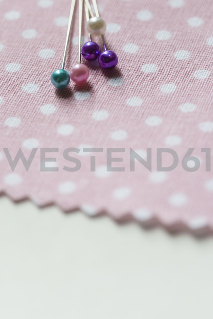 Fixing pins on cloth - NGF00428 - Nadine Ginzel/Westend61
