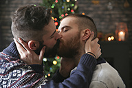 Kissing gay couple at Christmas time at home - RTBF01051