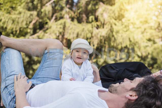 Happy father with baby girl in park - DIGF02874 - Daniel Ingold/Westend61