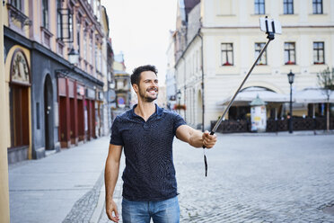 Man taking selfie during holidays in the city - BSZF00074