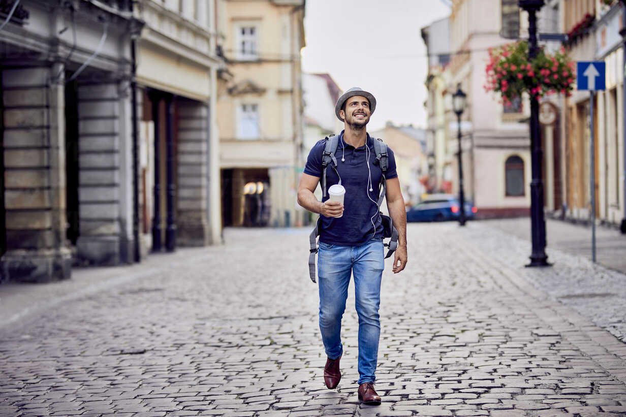 Traveler with backpack and coffee admiring the architecture - BSZF00083 - Bartek Szewczyk/Westend61