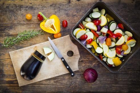 Preparing Mediterranean oven vegetables - LVF06343