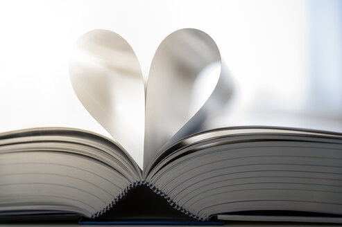 Sheets of open book building heart, close-up - FRF00585