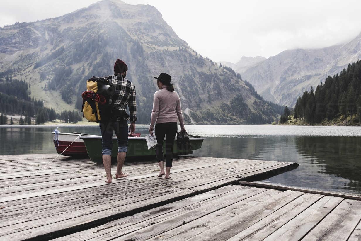 Austria, Tyrol, Alps, couple walking on jetty at mountain lake - UUF11978 - Uwe Umstätter/Westend61