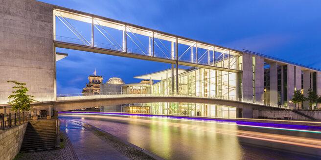 Germany, Berlin, view to Reichstag, lighted Paul-Loebe-Building and Marie-Eisabeth-Lueders-Footbridge - WDF04176