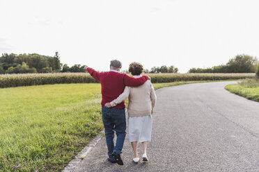Senior couple on a walk in rural landscape - UUF12054