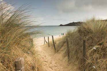 France, Bretagne, view to the sea with walkers on the beach and beach dunes in the foreground - FCF01285