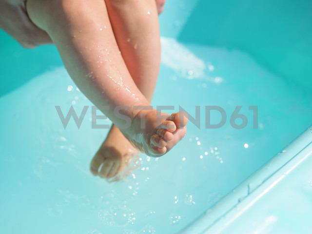 Wet legs of baby girl - LAF01919 - Albrecht Weißer/Westend61