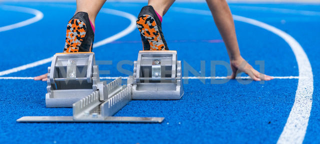 Detail of female runner in starting position - STSF01328