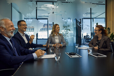 Group of happy business people having a meeting - ZEDF00900