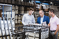 Manager discussing production with employees - DIGF02978