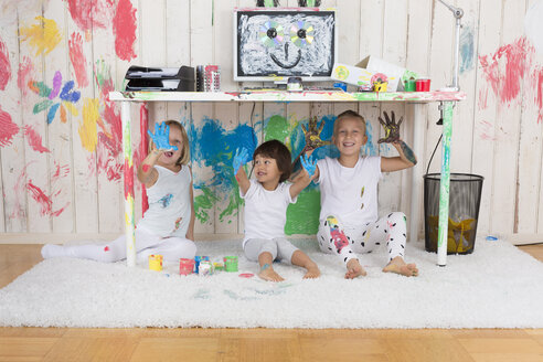 Three girls painting office with finger paint - DRF01727