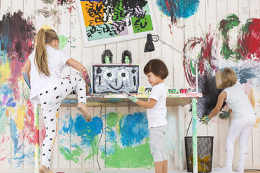 Three girls painting office with finger paint - DRF01730