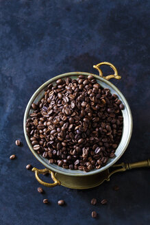 Freshly roasted coffee beans in a bowl - CSF28415