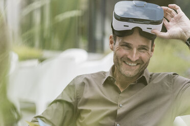 Portrait of smiling man with Virtual Reality Glasses - UUF12107