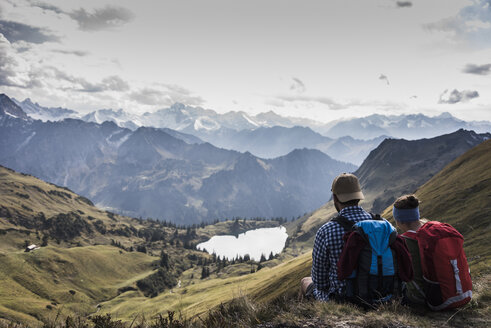 Germany, Bavaria, Oberstdorf, two hikers sitting in alpine scenery - UUF12177