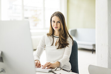 Portrait of confident businesswoman working at desk in office - MOEF00211