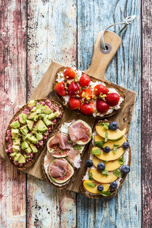 Various sandwiches, strawberry, fig, nectarine, avocado, on chopping board - SARF03400