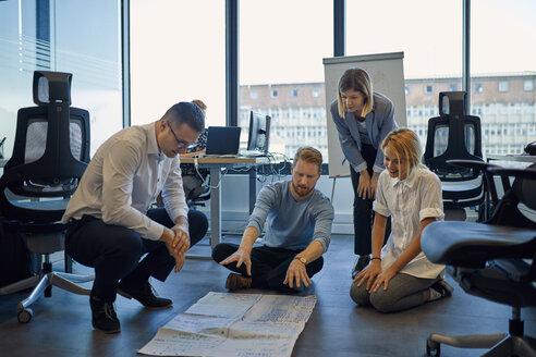 Business team brainstorming in office - ZEDF00969
