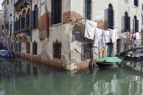 Italy, Venice, boat on canal and laundry at house - RPSF00016