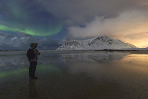 Norway, Lofoten, Vareid, Flakstad, man watching sunset and northern lights - RPSF00040