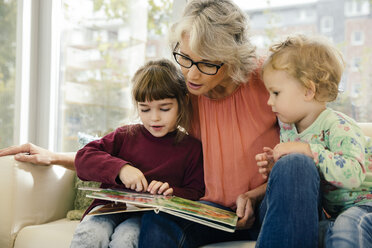 Pre-school teacher reading with children in kindergarten - MFF04065