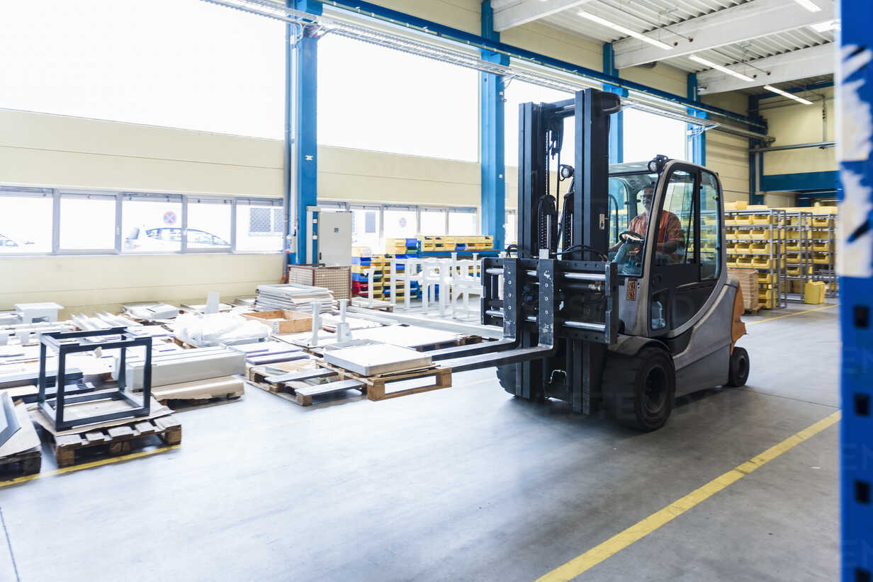 Man on forklift in factory warehouse - DIGF03164 - Daniel Ingold/Westend61