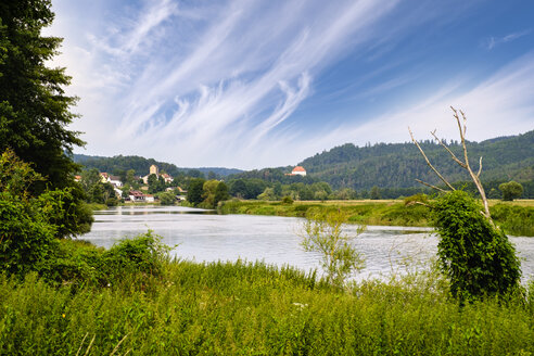 Germany, Bavaria, Upper Palatinate, Bavarian Forest, River Regen, village Hof and Stefling Castle - SIEF07575