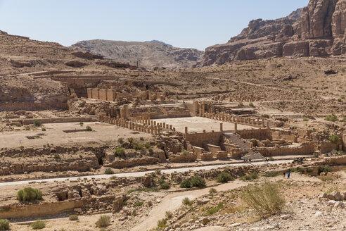 Jordania, Wadi Musa, Petra, colonnaded street, temple ruin - MABF00465