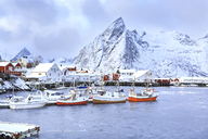 Norway, Lofoten, Hamnoy Island, fisherman's cabins and boats - VTF00594
