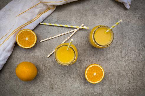 Oranges, glasses of freshly squeezed orange juice - LVF06401