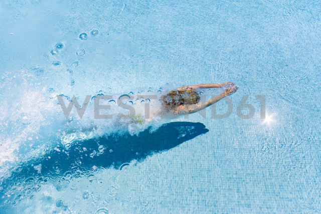Spain, woman diving in swimming pool - SMAF00845 - Scott Masterton/Westend61